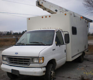 95 FORD E-350 Bucket Truck / Cube Van, 29 ft height, low km