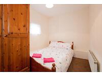 Amazing single/double bedroom in a Luxury home