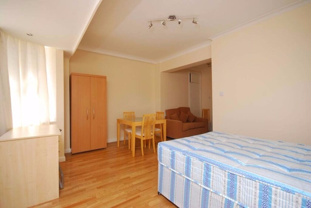 Spacious Studio Apartment, close to all amenities - Warren Court, NW1