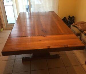 Table de cuisine avec 6 chaises en chêne.