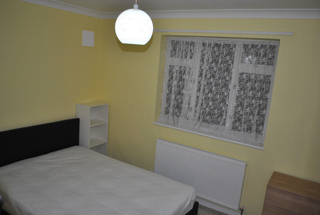 BRIGHT & SPACIOUS LARGE DOUBLE ROOM AVAILABLE IMMEDIATELY