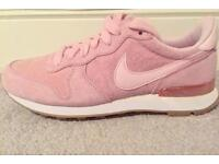 BRAND NEW, SIZE 5 NIKE PINK TRAINERS