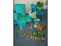 Scooby Doo tower and mystery machine with lots of figures