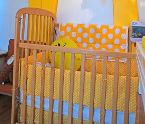 Bassinette bois, matelas, literie jaune à poids (métro beaubien)