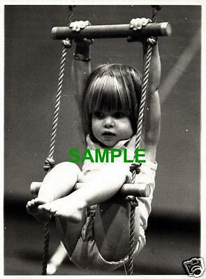 ORIGINAL 1977 PRESS PHOTO NICOLA GRACE FUTURE GYMNAST - PAULINE PRESTIDGE