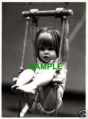ORIGINAL 1977 PRESS PHOTO NICOLA GRACE FUTURE GYMNAST - PAULINE PRESTIDGE