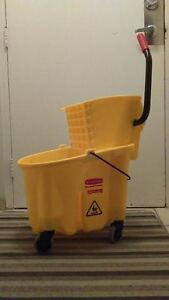 Rubbermaid 35 Qt. bucket and wringer. (Never used.) Cambridge Kitchener Area image 1