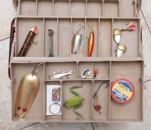 VINTAGE & NEW FISHING LURE MIX W/TACKLE BOX