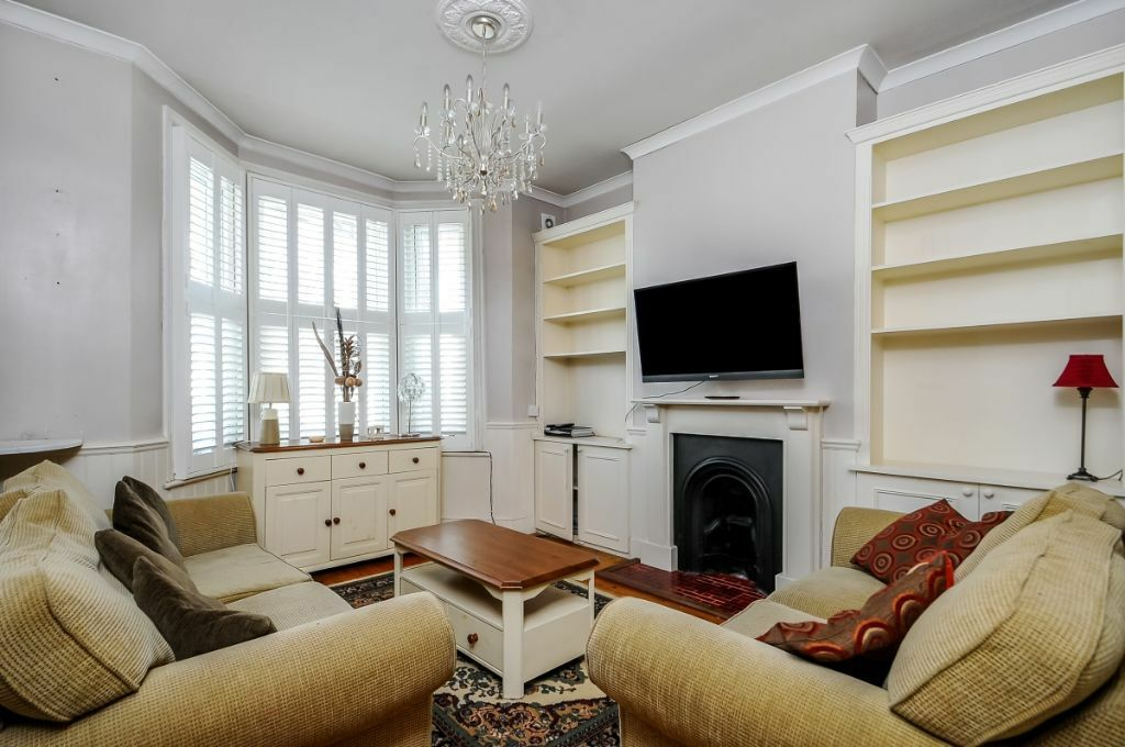 A spacious 2 bed flat with a private garden, Hartismere Road, SW6. Contact 020 3486 2290.