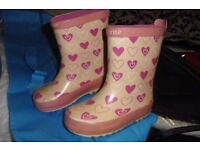 SIZE 6 PAIR CHILDRENS WELLINGTON BOOTS IN PINK HEART DESIGN