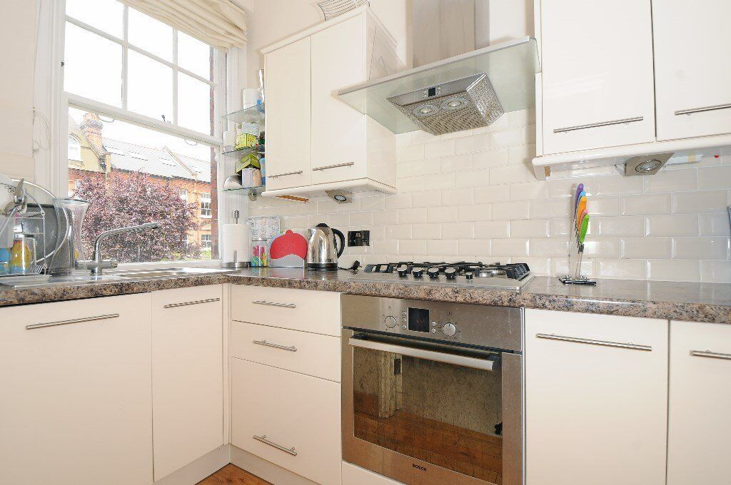 GOLD - This well presented modern 2 double bedroom flat to rent in prime South Hampstead
