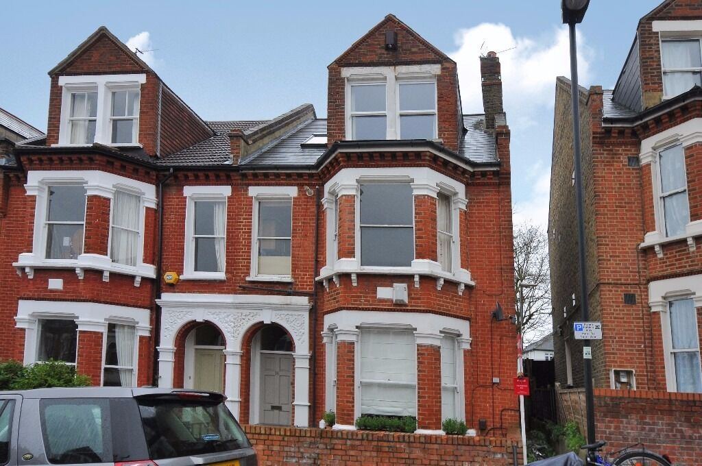 Kestrel Avenue - Charming split level conversion flat to rent situated on the top floor.