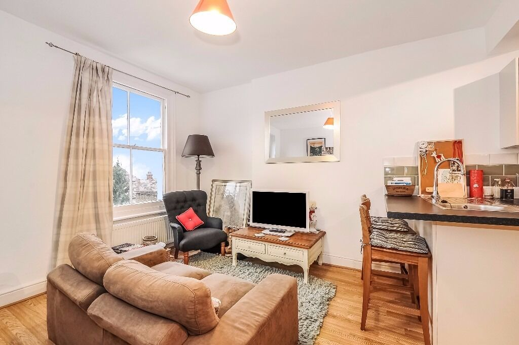 A modern one bedroom top floor flat to rent in Surbiton. Guilford Avenue.