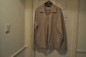 Very nice, stone coloured jacket, 2 outer and 2 inner pockets, zip and snap shut, front of jacket.