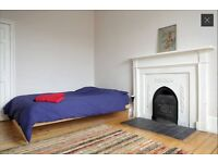 Beautiful double bedroom in Georgian flat in Newington for short term rent till August .
