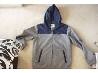 AGE 11/12 YEARS BOYS HOODED LIGHT WEIGHT JACKET IN GREY/NAVY