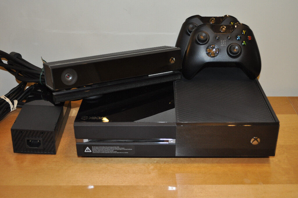 Microsoft XBox One. Kinect and 2 Controllers.