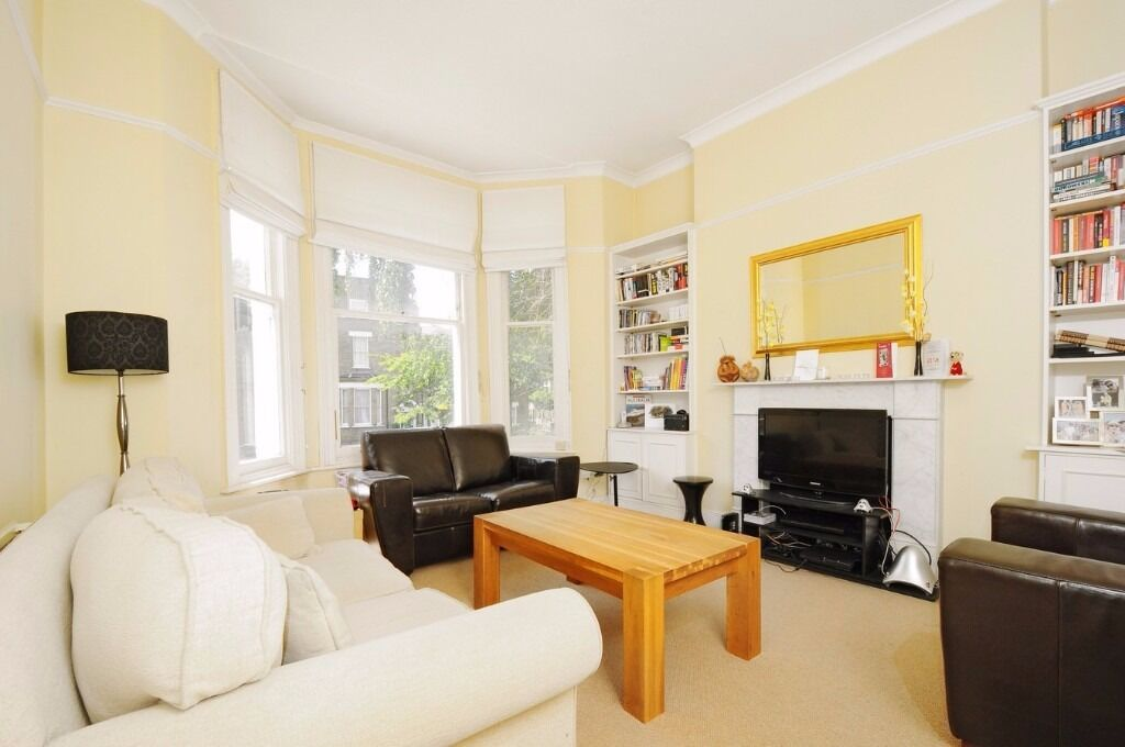 A WELL PRESENTED TWO DOUBLE BEDROOM FLAT LOCATED BETWEEN THE COMMONS ON BOLINGBROKE GROVE, BATTERSEA