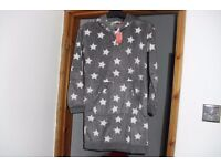 NEW WITH TAGS SIZE 6/8 FLEECE HOODED NIGHTIE GREY WITH WHITE STAR PRINT WITH LARGE POCKET