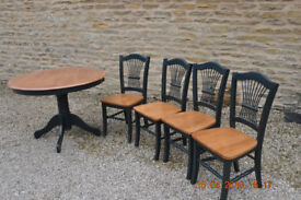 Circular kitchen table and 4 chairs. Wood/green