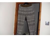 SIZE 14-16 BLACK/WHITE PRINT LOOSE FITTING TROUSERS WITH SIDE POCKETS