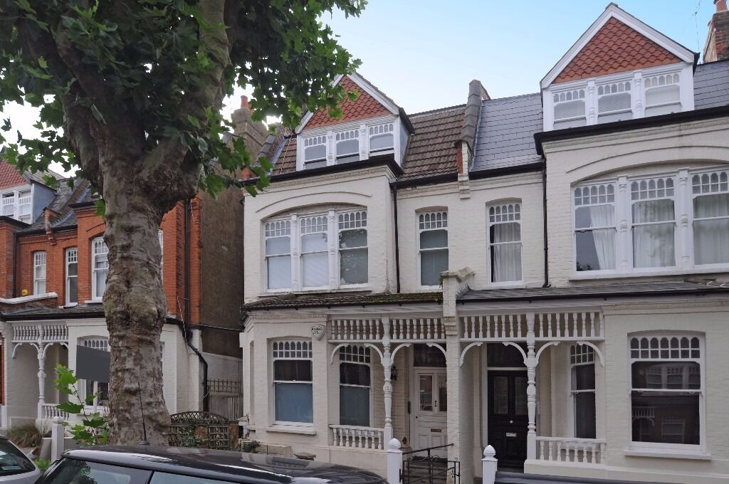A beautiful two bedroom split level apartment available to rent in the heart of Muswell Hill