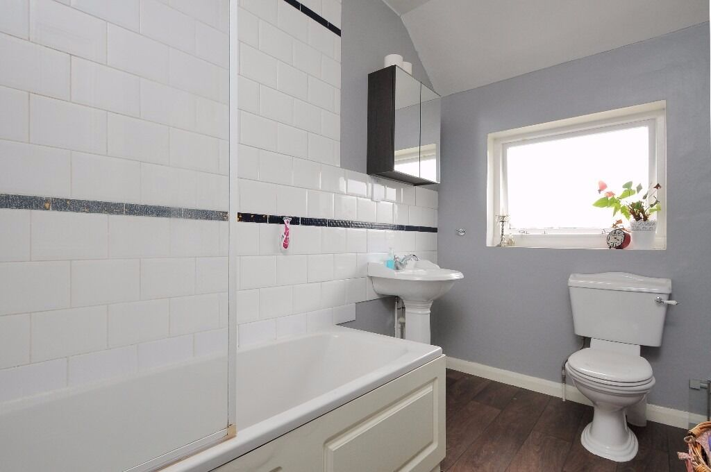 A two bedroom top floor conversion apartment to rent in Kingston. Alexandra Road.