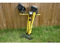 2 floodlights on tripod in good condition