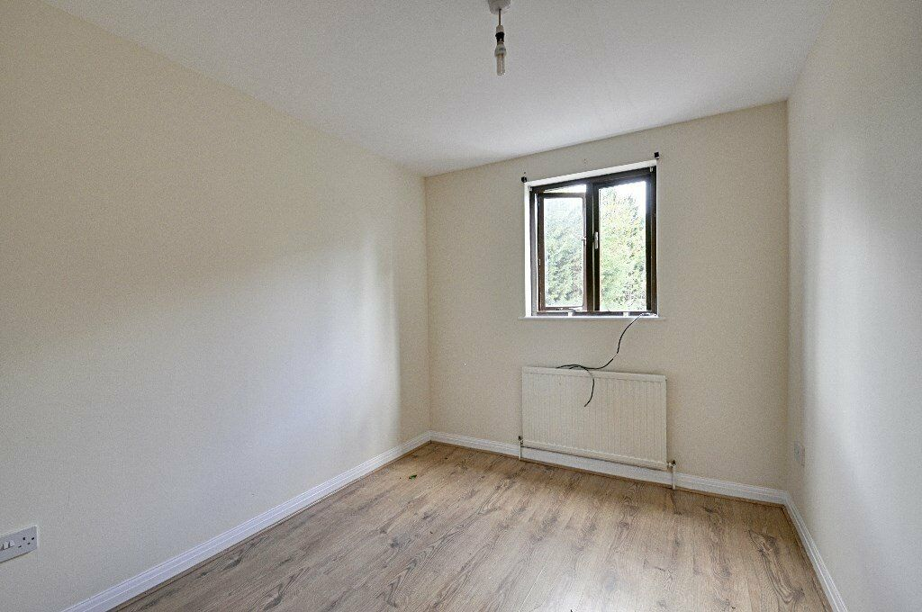 Immensly Spacious One bedroom apartment. Lots of Storage and at an amazing price of just £350pw