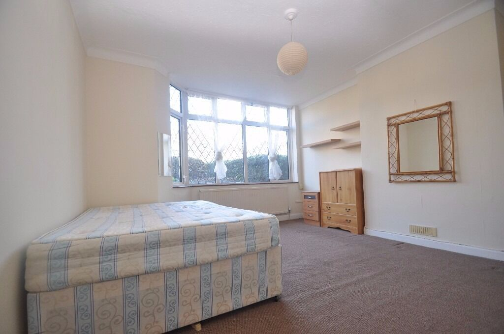 **Great size studio flat with small separate kitchen in Acton**