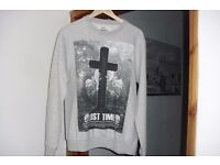 SIZE MEDIUM LONG SLEEVE GREY SWEAT TOP WITH PRINT ON THE FRONT EXCELLENT CONDITION