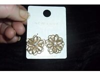 NEW PAIR OF GOLD PLATED STUD EARRINGS FLOWER DESIGN