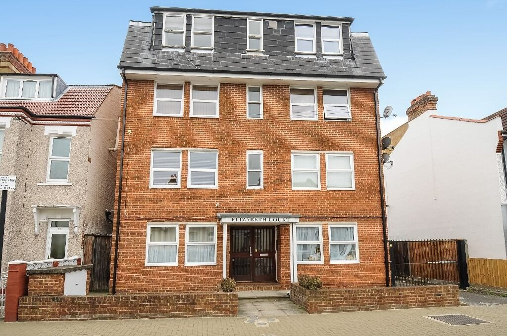 One Double Bedroom Flat, Elizabeth Court, Moring Road Tooting Bec SW17, £1300 Per Month