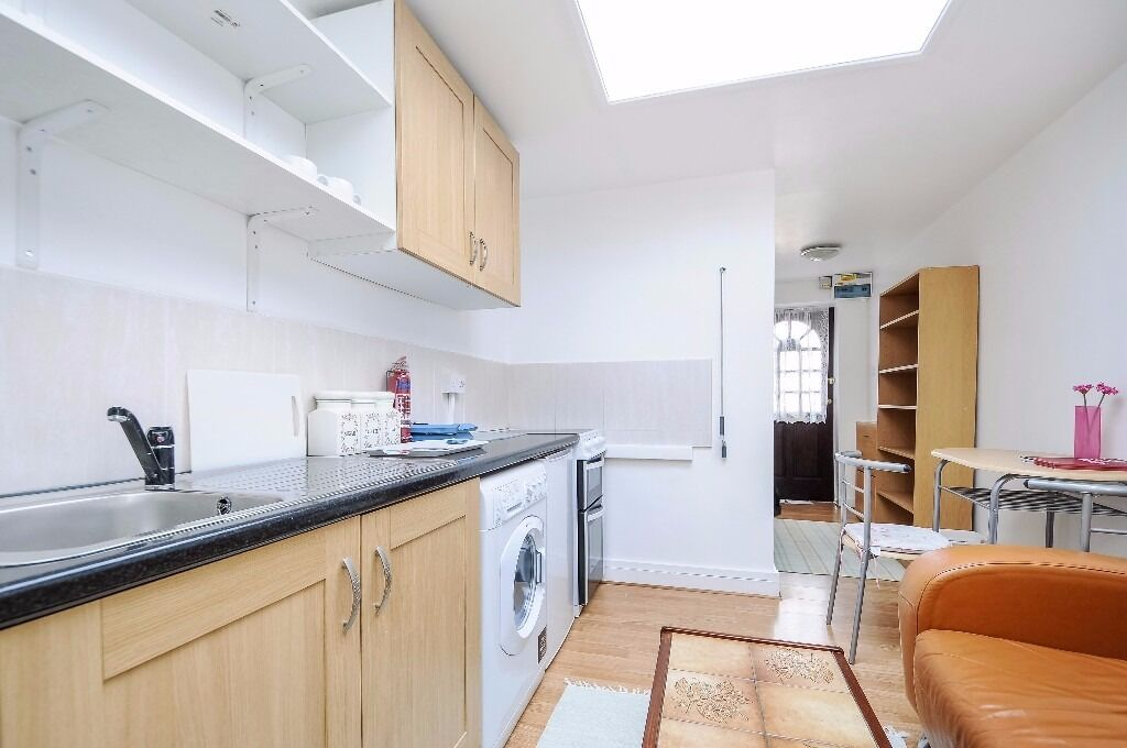 A bright and spacious studio apartment available to rent in North Kingston. Gibbon Road.