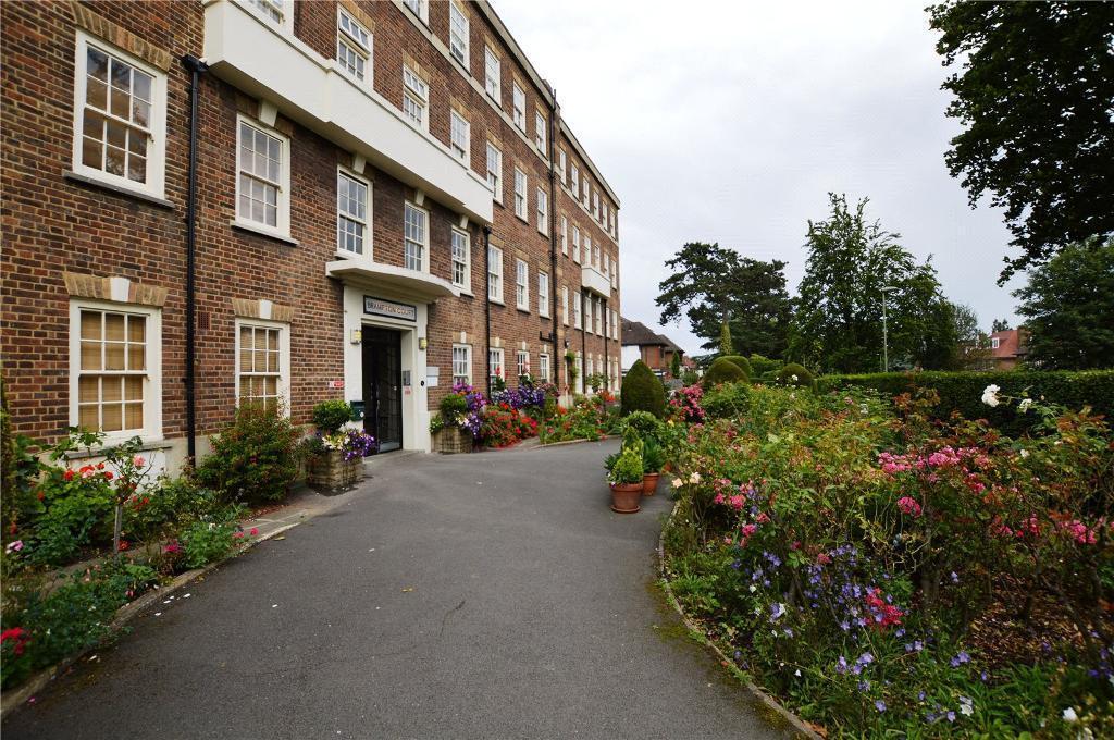 3 bedroom flat in Brampton Court, Brampton Grove, London, NW4