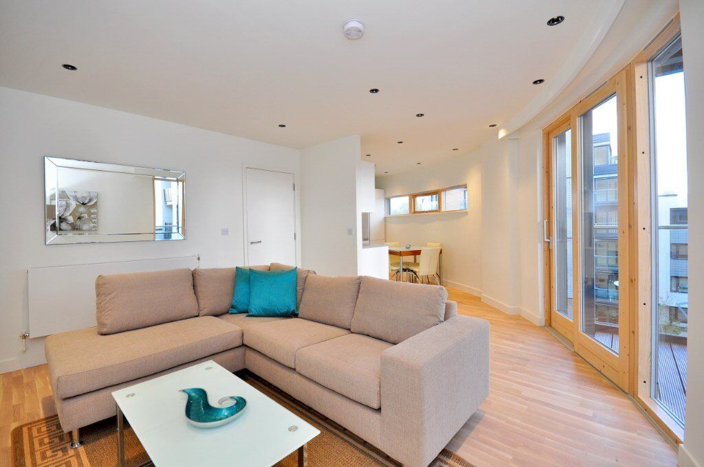 STUNNING DESIGNER FURNISHED 1 BEDROOM APARTMENT AT COBBLESTONE SQUARE 21 WAPPING LANE E1W