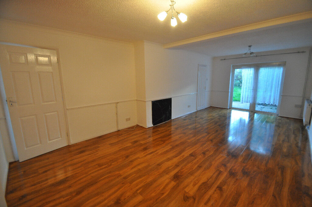 Spacious End Of Terraced House In New Addington Easy Tranport To Croydon Own Driveway And Garage