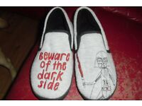 SIZE 10/11 BRAND NEW PAIR OF BOYS SLIPPERS STAR WARS PRINT ON