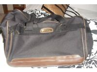 LARGE BLACK HOLDALL BAG WITH LARGE FRONT ZIPPED POCKET
