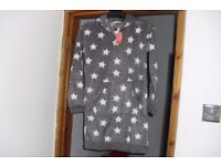 BRAND NEW WITH TAGS SIZE 6/8 FLEECE HOODED NIGHTIE IN GREY FLEECE WITH WHITE STAR PRINT