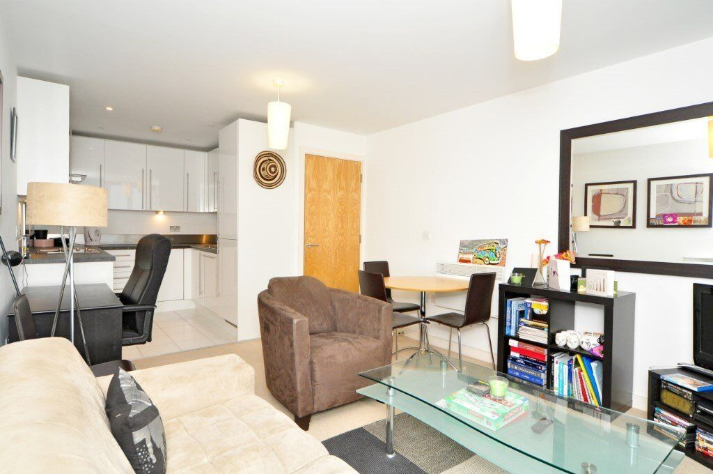 FURNISHED 1 BEDROOM APARTMENT OPPOSITE CANNING TOWN STATION. CANARY WHARF 24 HOUR CONCIERGE! E16