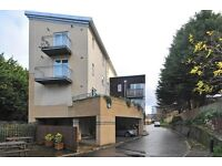 Spacious Modern One Double Bedroom Flat with Parking & Balcony,located in Brentford