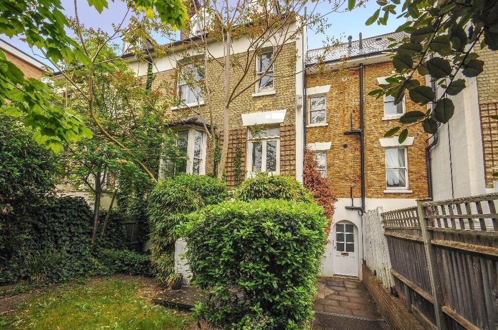 A well-proportioned one bedroom ground floor flat to rent on Kingston Road