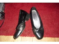 PAIR LADIES SIZE 3 BLACK PATENT SHOES WITH SMALL HEEL