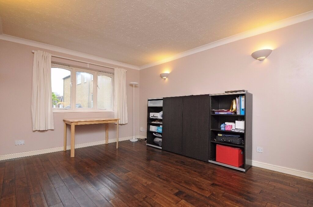 A spacious one double bedroom first floor flat to rent in Kingston. London Road.