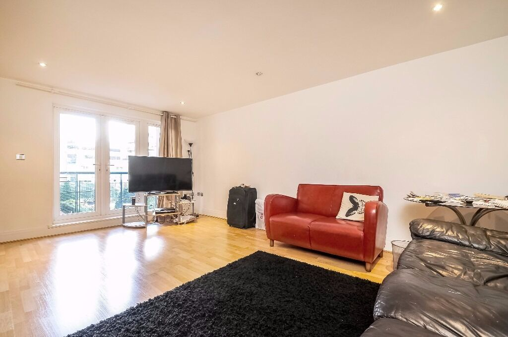 A stunning two bedroom first floor flat to rent in Kingston. Earlsfield House.