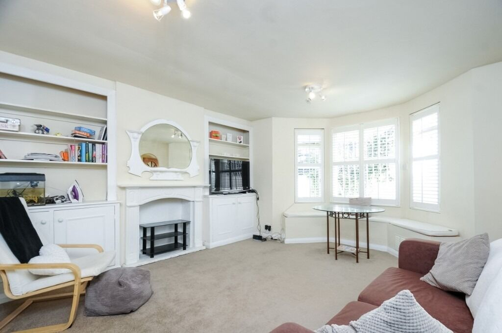 A bright one double bedroom lower ground floor garden flat, Barclay Road, SW6