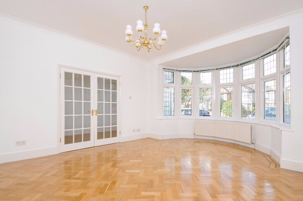BRIGHT AND AIRY FOUR BEDROOM HOUSE ONE POPES LANE WITH PARKING & LARGE PRIVATE GARDEN. £ 2940 PCM