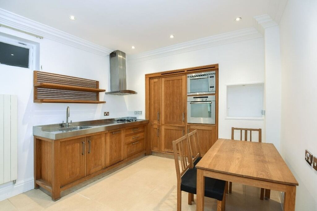 A lovely spacious bright & airy one double bedroom flat.