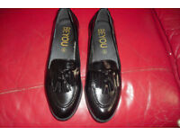 BRAND NEW SIZE 5 PAIR OF BLACK PATENT SLIP ON SHOES WITH DETAIL ON THE FRONT